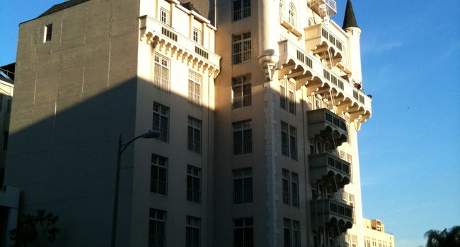 Image Of The Piccadilly Apartments In Los Angeles Ca
